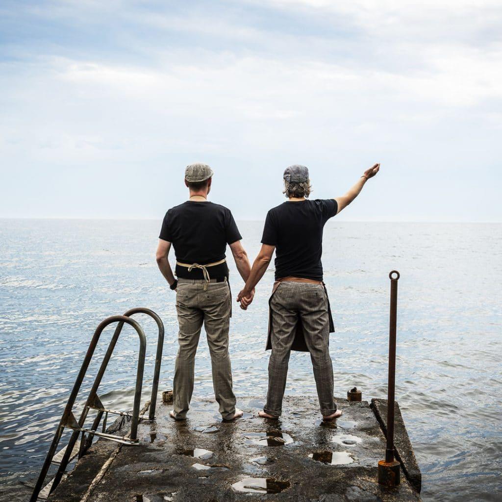 Andy och Matti på piren ut i havet